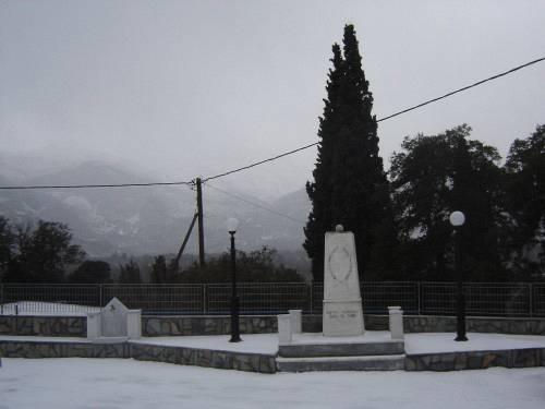 """Το """"ιρώον"""", που βρίσκεται στην πλατεία, στο κέντρο του Κοιλίου, είναι ένα μνημείο προς τους άγνωστους πεσόντες."""