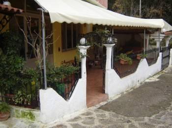 Η είσοδος του καφενείου - οβελιστήριου